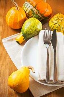 木製のテーブルに素朴な秋のテーブルセッティング
