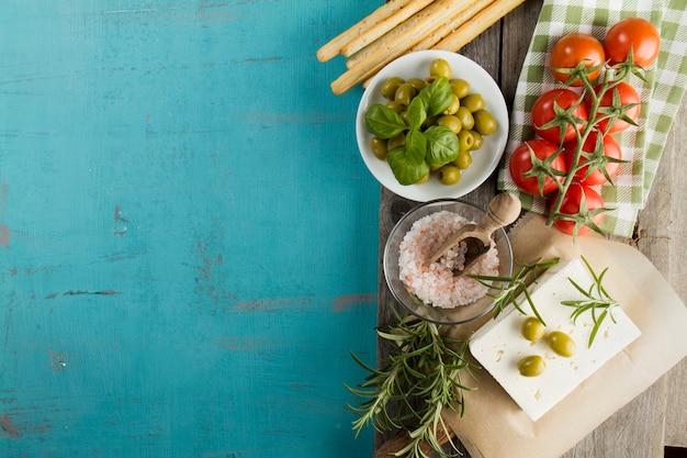 Сельский фон с оливки, сыр и помидоры