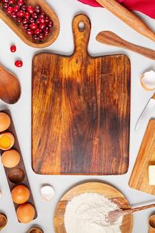 Деревенские ингредиенты для выпечки и кухонная утварь. домашнее тесто, выпечка. вид сверху плоской стены. скопируйте пространство. здоровые свежие органические продукты.