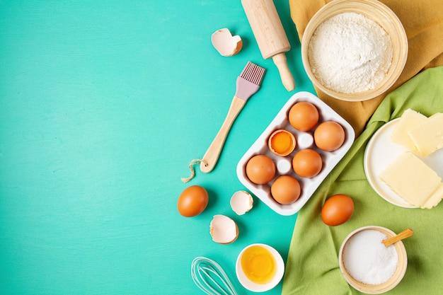 Плоская планировка ингредиентов для выпечки в деревенском стиле. домашнее тесто, выпечка. вид сверху плоской стены. скопируйте пространство. здоровые свежие органические продукты.