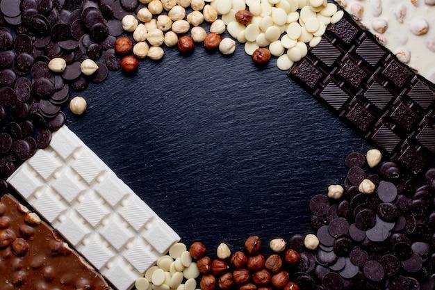 소박한 배너 고급 수제 초콜릿과 세 가지 유형의 초콜릿 비 네트 및 복사 공간.