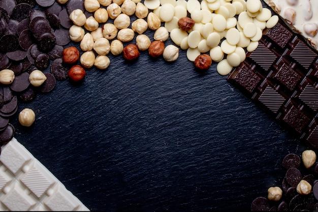 고급 수제 초콜릿과 세 가지 유형의 짤막한 및 복사 공간이있는 소박한 배너.