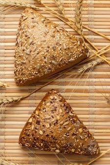 소박한 빵과 밀은 오래 된 빈티지 planked 나무 테이블에. 무료 텍스트 공간.