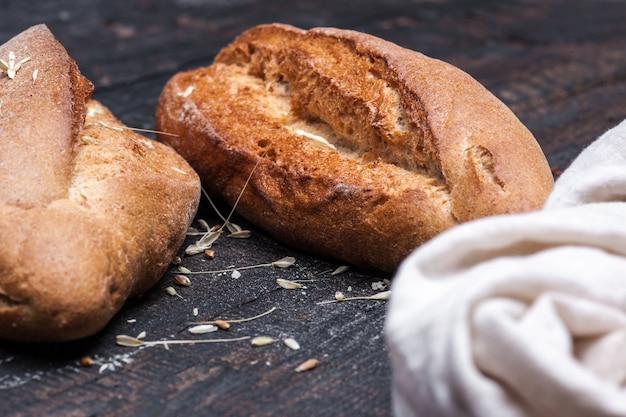 木製のテーブルで素朴なパン。フリーテキストスペースと暗い不機嫌そうなスペース。