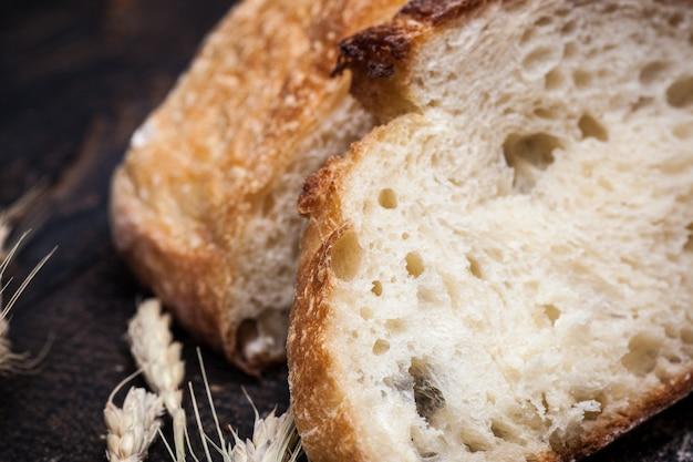 Деревенский хлеб на деревянный стол. темное деревянное пространство