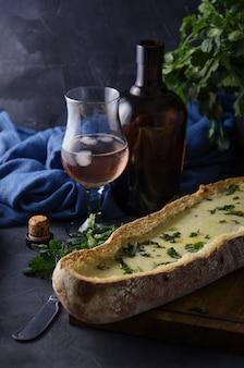 Рустик хлеб с белым соусом в темноте