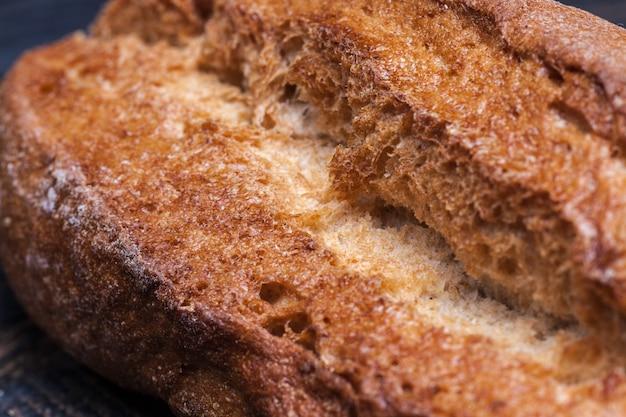 Pane rustico sul tavolo di legno