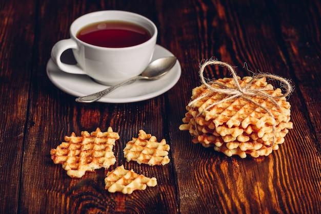 Деревенский завтрак с домашними вафлями и чаем.