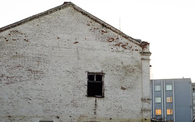 Деревенская кирпичная стена старого дома