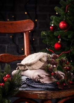Кресло в деревенском стиле и вязаная одежда с новогодним декором