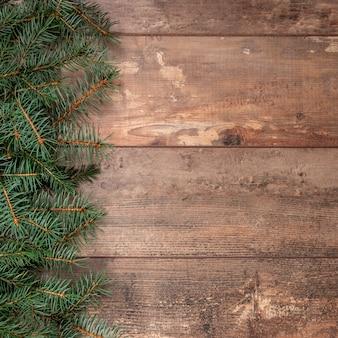 Деревенский новогодний фон с еловыми ветками. новогодний фон с елкой и декором.