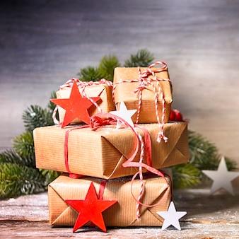 Деревенский новогодний фон с подарочными коробками