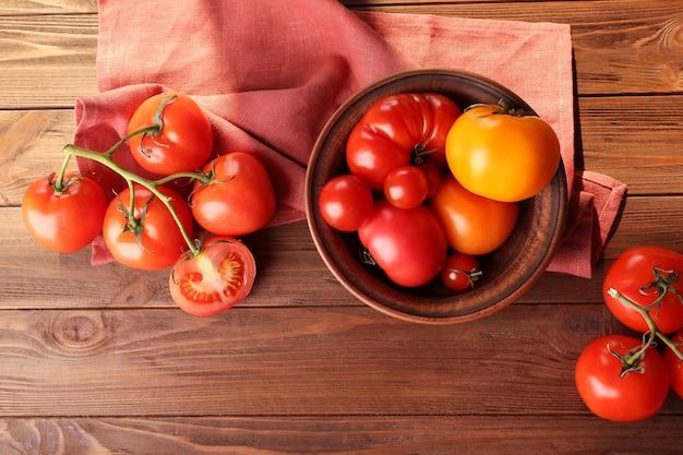 Деревенский состав помидоров на деревянных фоне
