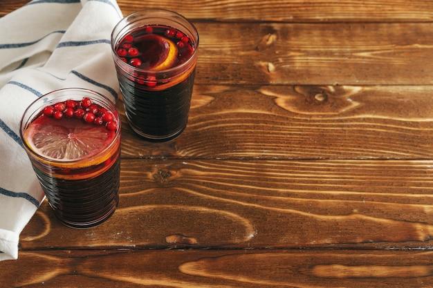 반짝이 와인과 오래 된 나무 테이블에 재료와 소박한 구성