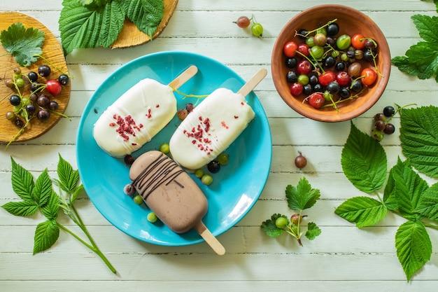 木製の白いテーブルの上の素朴なコンセプトの朝食と青いプレートの上のチョコレートアイスクリーム