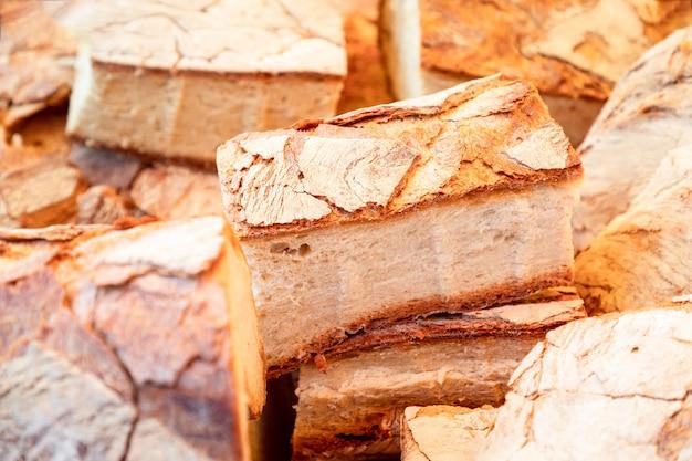이탈리아의 일요일 시장에서 갓 준비한 소박한 시골 빵