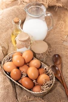 素朴な牛乳とサワークリームと鶏卵。