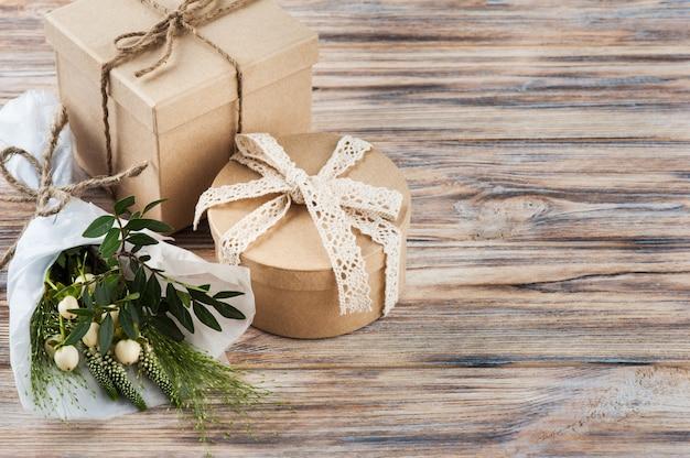 야생 꽃과 소박한 공예 선물 상자
