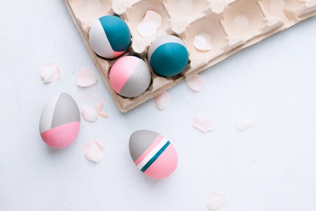 素朴なイースターエッグ。白いテーブルに美しい塗装イースターエッグの静物。個性、異なる、オーガニック、卵の入れ墨のコンセプトです。