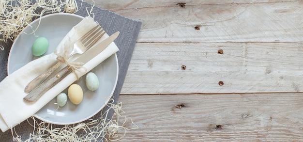 나무 테이블에 계란 소박한 부활절 테이블 설정