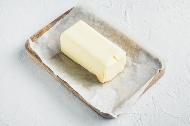 소박한 농가 영감 신선한 버터, 흰색 배경