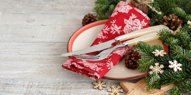 フォークとナイフで素朴なお祝いのテーブルセッティング