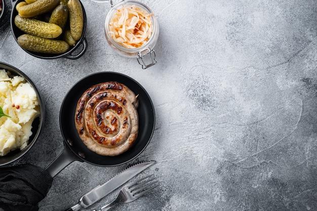 Блюда по-деревенски с жареной колбасой, картофельным пюре и квашеной капустой