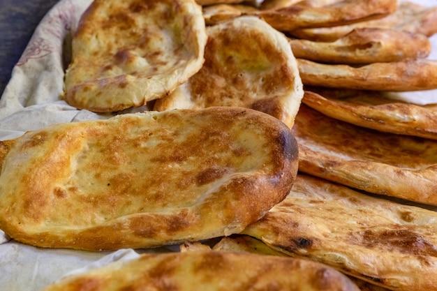 Деревенский свежеиспеченный хлеб тандыр