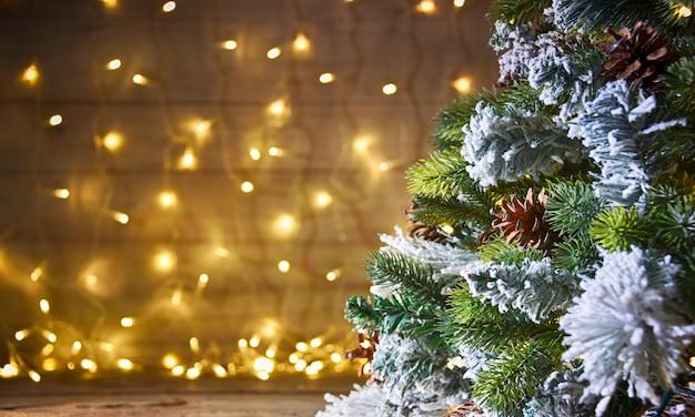 クリスマスツリーと素朴な休日の背景