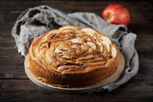 アップルとシナモンの素朴な自家製ケーキ
