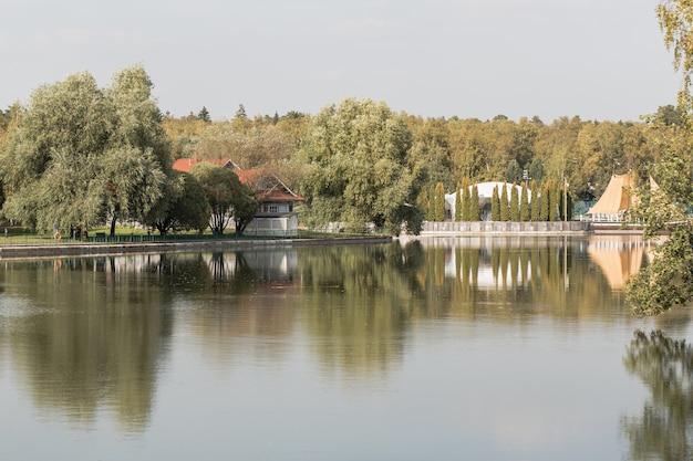 緑豊かな公園の素朴な家