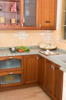Деревенская кухня в прекрасно оборудованном семейном доме