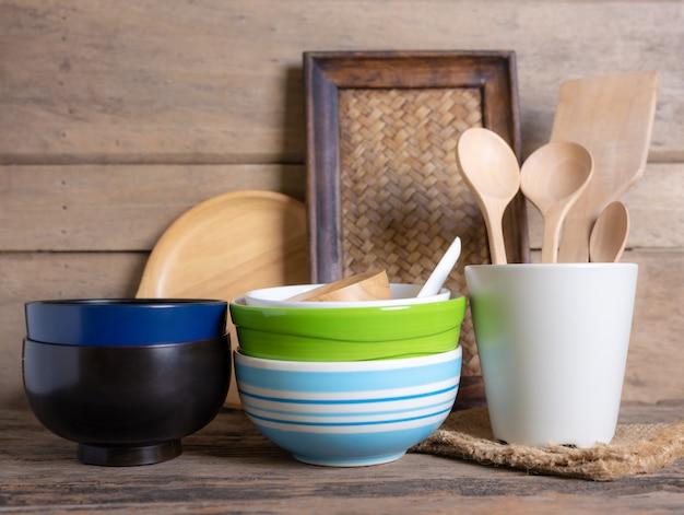 Деревенская посуда против белой деревянной стены
