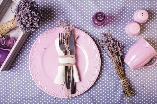 소박한 라벤더 테이블 서빙 - 마른 꽃과 라일락 식기