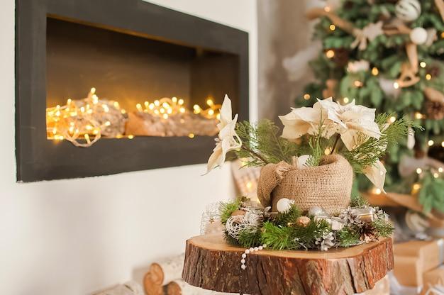 クリスマスの素朴なリビングルーム。暖炉のあるスカンジナビアのリビングルームの詳細。
