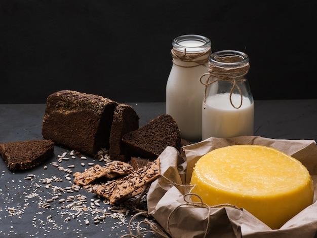 Реклама местных молочных продуктов в деревенском стиле.