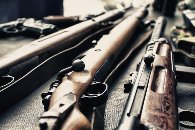 テーブルの上に一緒に置かれた素朴な古い木製の散弾銃のセット