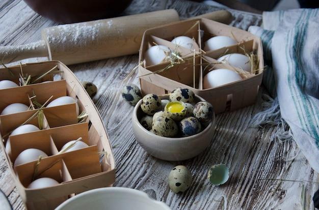 鶏の卵とウズラの卵の素朴な組み合わせ