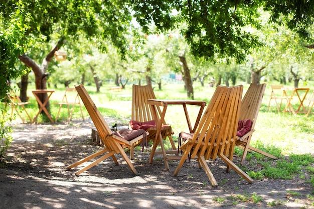自然の中の余暇時間のための素朴な屋外用家具