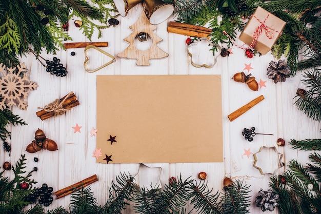 소박한 종이 전나무 나뭇 가지와 소박한 크리스마스 장식으로 만든 원의 중심에있다