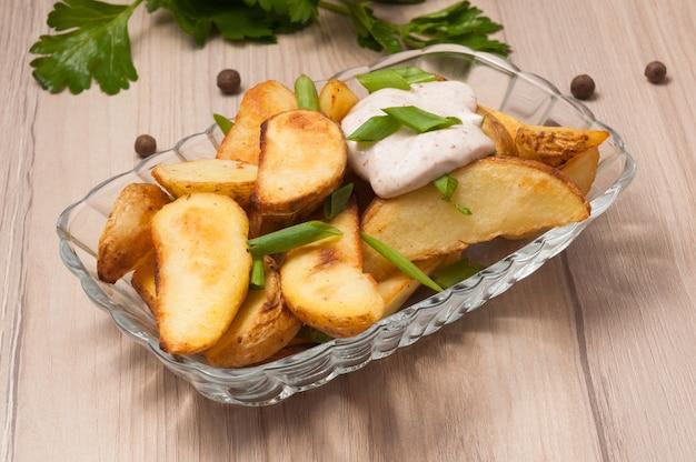 Дольки картофеля по-деревенски со сметаной и зеленым луком