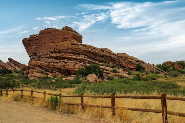コロラド州の上に岩がそびえ立つ野原に囲まれた素朴な道