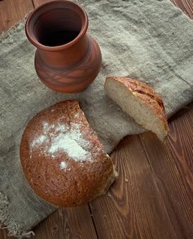 소박한 호밀 빵 - 갓 구운 전통 빵