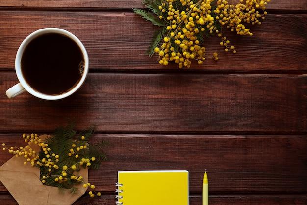 ミモザの花と素朴な春の構成 Premium写真
