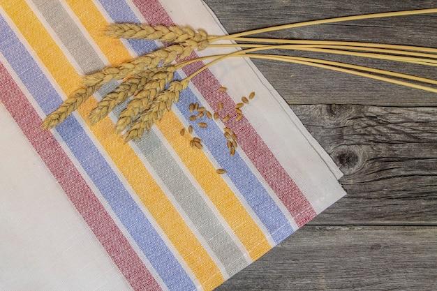 木製のテーブルに小麦の穀物と耳のある素朴な静物