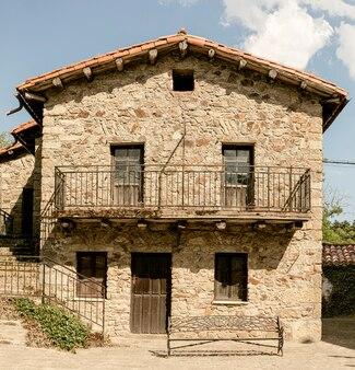 Деревенский каменный дом в городе