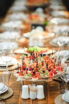 素朴なスタイルの結婚式や誕生日のテーブルの設定。