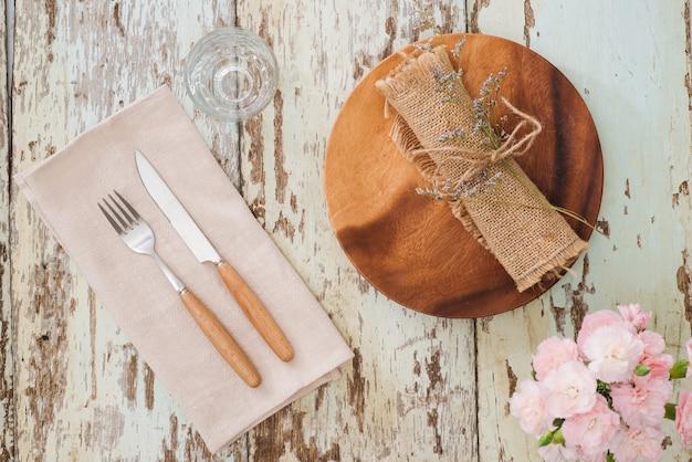 木製のテーブルに素朴なテーブルセッティング