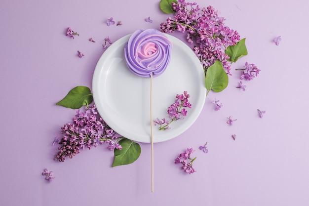 ライトテーブルにライラックの花と素朴なテーブルの設定