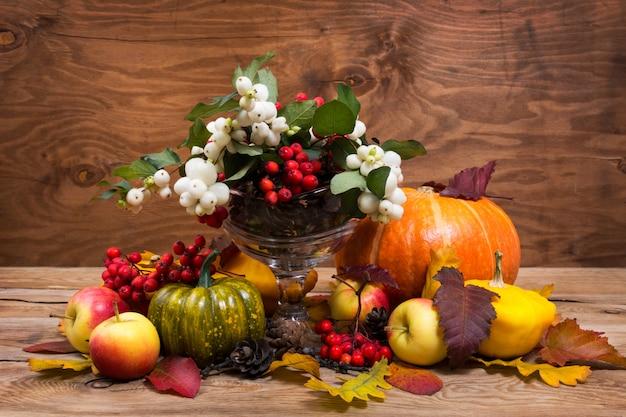 素朴な感謝祭のセンターピース、スノーベリー、コピースペース